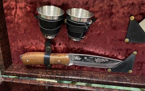 Нож с рюмками