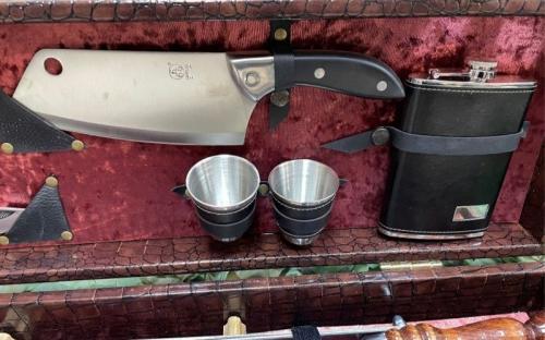 Нож с фляжкой и рюмками